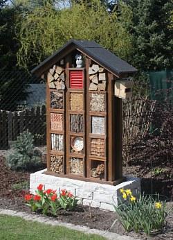 insektenhotel ein kleines hotel mit apartments f r insekten. Black Bedroom Furniture Sets. Home Design Ideas